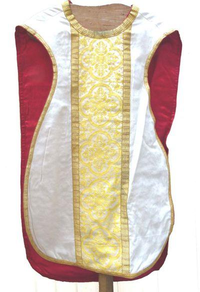 kazuifel in ecru zijde, goudbrocaat en -galon en met mariamonogram