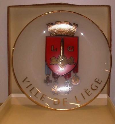 Anoniem, sierbord van de stad Luik, relatiegeschenk, s.d., melkglas.