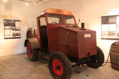 Spuitmachine op wagen om hoogstamboomgaarden te bespuiten