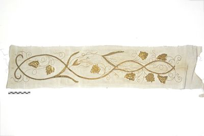 los stuk aurifrisia met goudkleurige krullende druivenranken op witte damast