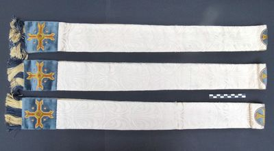 3 manipels in witte moiré, goudgalon en gouddraad, borduursel