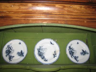 Drie borden met blauwe versiering
