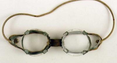 Manufacture de Céramiques Décoratives de Hasselt (1895-1954), bril te gebruiken bij het glazuren van steengoed, s.d., metaal, leer, elastiek, glas.