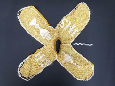 1 ronde kraag - beeldkleding in gele zijde en witte kant