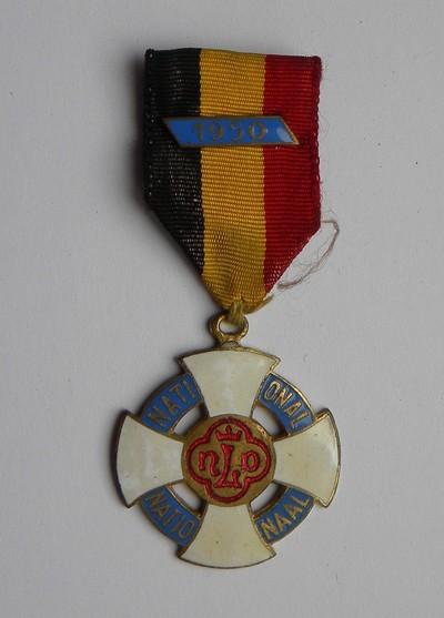 Jos. Evrard (?), kruis van Onze-Lieve-Vrouw van Lourdes, uitgereikt aan burgemeester Bollen in 1950, geëmailleerd brons.