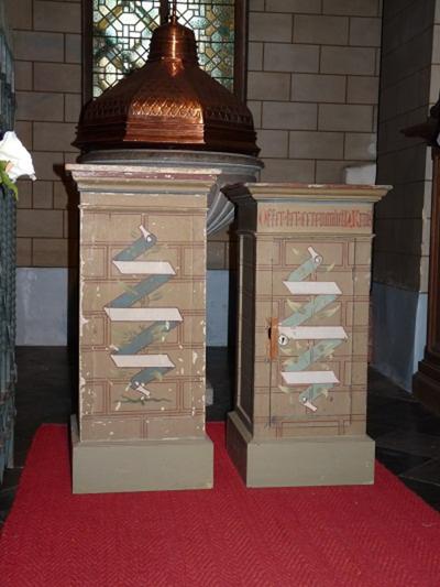 Twee houten offerblokken