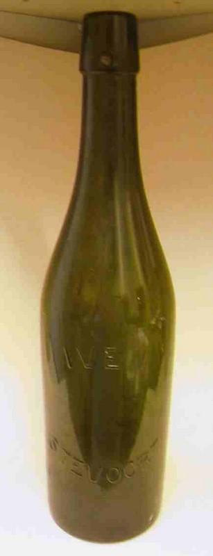 Anoniem, fles met opschrift Iven / Stevoort, s.d., glas.