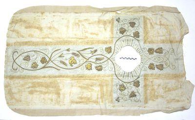 los stuk kazuifel (rugpand ?) met aurifrisia in kruisvorm met goud gekleurde druivenranken op witte achtergrond