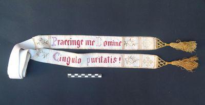 lange band - singel met rood en paars borduursel: