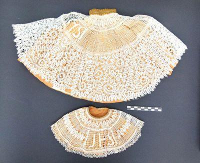 2 ronde kragen - beeldkleding in gele zijde en witte kant
