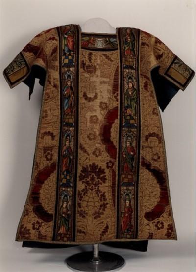 dalmatiek, met op de voor- en achterzijde voorstellingen van heiligen en personen uit die tijd