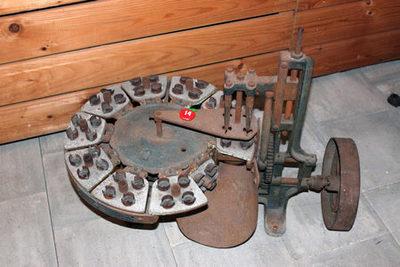 Machine om pruimen te ontpitten en in twee te snijden