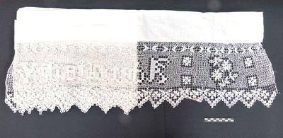 1 altaarkleed - altaardwaal in kant, linnen en opschrift: