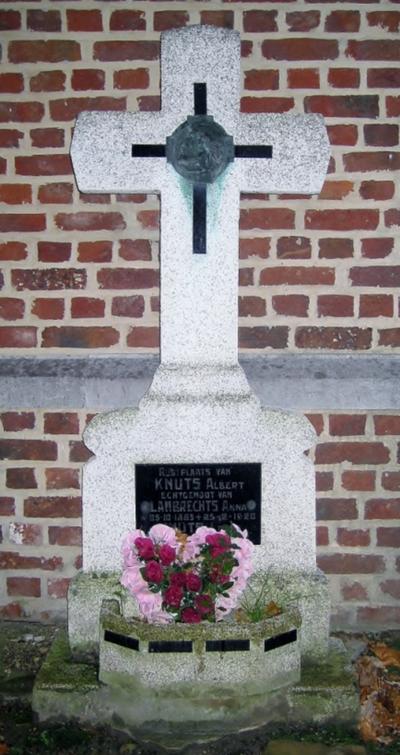 Grafsteen Albert Knuts en Louis Knuts