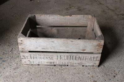 Kist van de Sint-Truidense fruitveiling om appels en peren in te verpakken