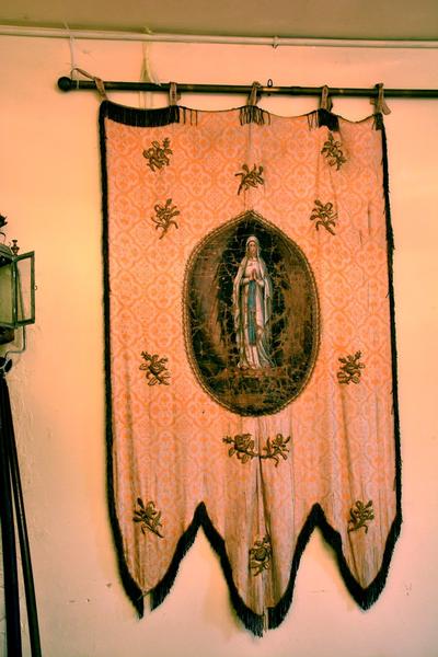 Vaandel met voorstelling van Onze-Lieve-Vrouw van Lourdes