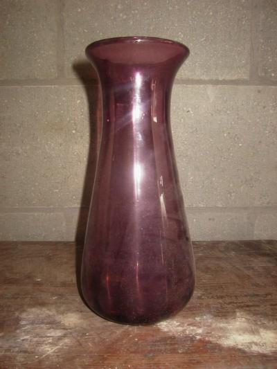 Anoniem, Paars-roze dooschijnende vaas, s.d., glas