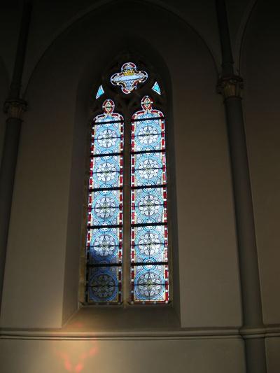gebrandschilderd glasraam met floraal motief