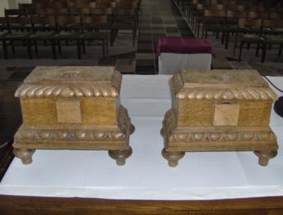 houder voor stok van vaandels en draagkruisen (twee stuks)