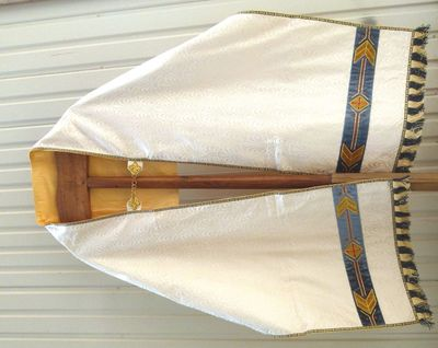 1 schoudervelum in witte moiré, goudgalon en gouddraad, borduursel