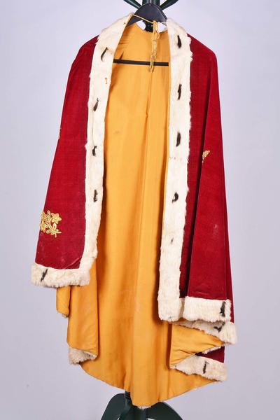 Rode mantel voor het beeld van Onze-Lieve-Vrouw met kind
