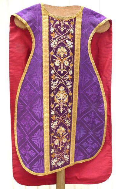 kazuifel in purpere damast en zijde goudgalon en -draad en goudkleurige zijde