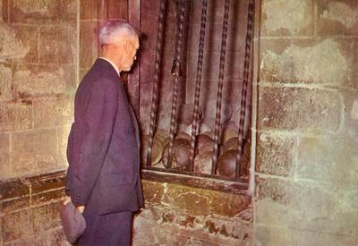 Bedevaart Halle - man die de kanonballen bekijkt in de ingang van de Basiliek