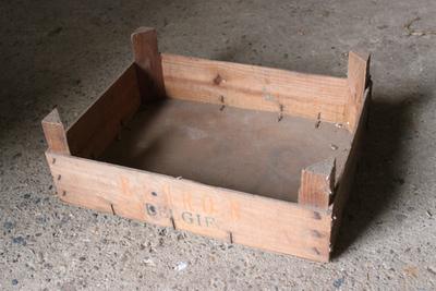 Kist van de Tongerse fruitveiling om fruit te verpakken