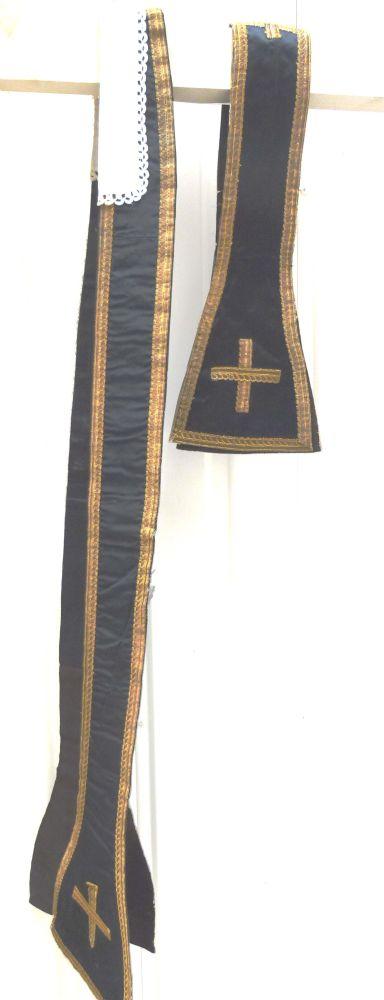 stola in zwarte zijde, goudgalon en kruisjessteek en met opschrift: Requiem aeternam dona feb (?) Domine