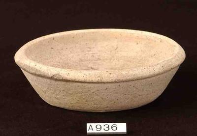 Volledig bord in ruwwandig aardewerk (RW)