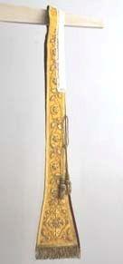 stola in goud brocaat omzoomd met goudgalon.