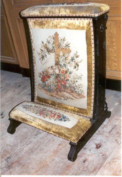 stoel - bidstoel in hout met oker fluweel en borduursel