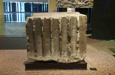 Fragment van een pijler in steen