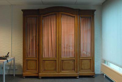 Anoniem, vierdeurs kast van van oud-burgemeester Bollen en van Jean-Pierre Swerts, jaren 1930-1940, hout, glas en metaal.
