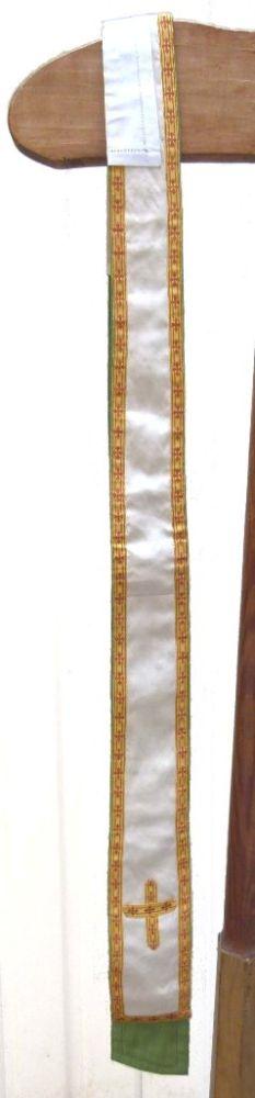 stola in ecru zijde en groene katoen en met christusmonogram geflankeerd door alpha en omega