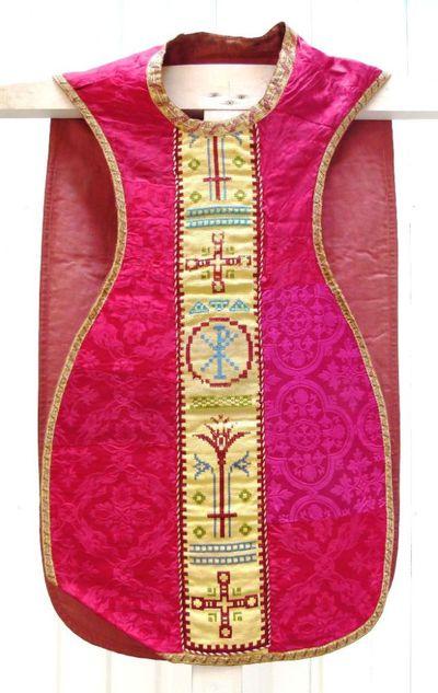 kazuifel in rode damast en kruisjessteek