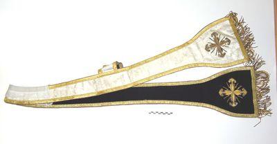 stola aan één zijde in beige damast met goudbrocaat en -galon en aan één zijde in purper fluweel en goudbrocaat en -galon