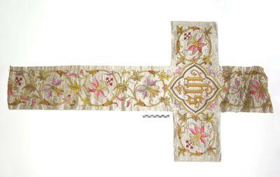los stuk aurifrisia in kruisvorm met roze - paars gekleurde bloemranken op witte damast