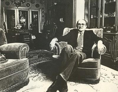 Jean Nicolaï (°1951), portret van Gaston Renier, zittend in zetel, 1982, papier.