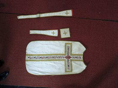 wit gewaad: kazuifel, manipel, bursa en priesterstola
