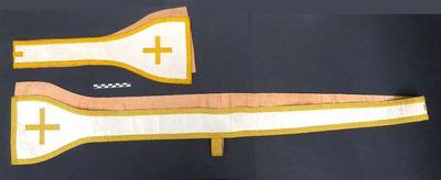 1 manipel in witte damast omzoomd met goud galon, waarin gebogen en driehoekige lijnen met centraal telkens een kruis.