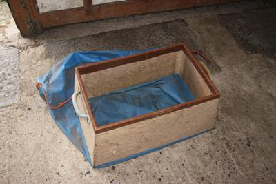Rechthoekige bak met zak erin om het hard fruit na het sorteren makkelijker terug in de palox te plaatsen