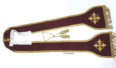 stola in bordeaux velours omzoomd met goudgalon.