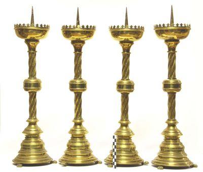 4 kandelaars - altaarkandelaars in geelkoper