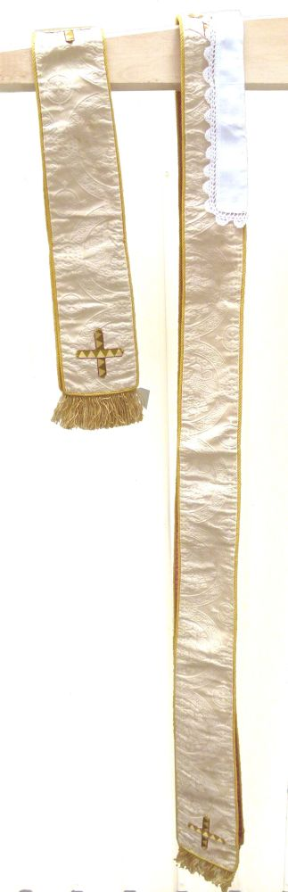 1 stola in ecru damast, zijde en gouddraad
