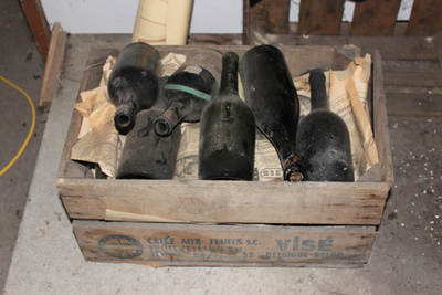 Houten kist met wijnflessen