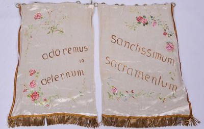 Set van twee witte gordijntjes voor het tabernakel
