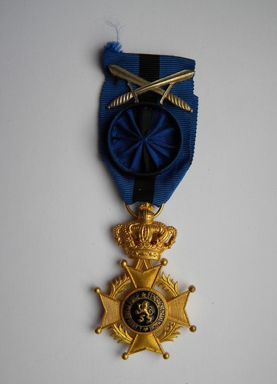 Anoniem, erekruis met zwaarden van Ridder in de Orde van Leopold II, uitgereikt aan burgemeester Bollen in 1951, verguld metaal en email.