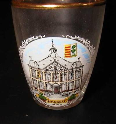 Anoniem, borrelglaasje met afbeelding van het stadhuis van Hasselt, s.d., glas.