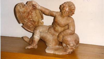 Twee schildhoudende puttos met familiewapens van Duyfkens en Van Ham